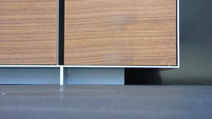 Schreibtisch und Sideboard aus Nussbaum, geölt und Aluminiumblech silber anodisiert