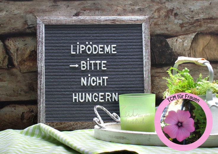 Mittelpunkt: Frau mit verbundenem Mund (Zentimetermaß) und großen, entsetzen Augen. Artikelfoto: Lipödeme. Wie du dich ohne Hungern unterstützen kannst.