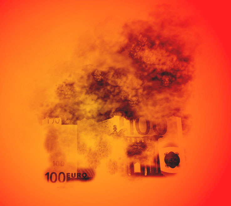 Symbolisch für Rentenversicherungen: Ein Hundert-Euroschein verbrennt mit viel Rauch im rotglühenden Feuer!