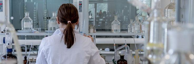 Im Labor dokumentiert der Datenlogger die Temperatur im Kühlschrank.