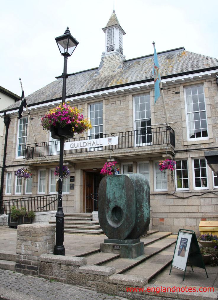 Sehenswürdigkeiten und Reisetipps St. Ives: Guildhall von St. Ives mit Statue von Barbara Hepworth
