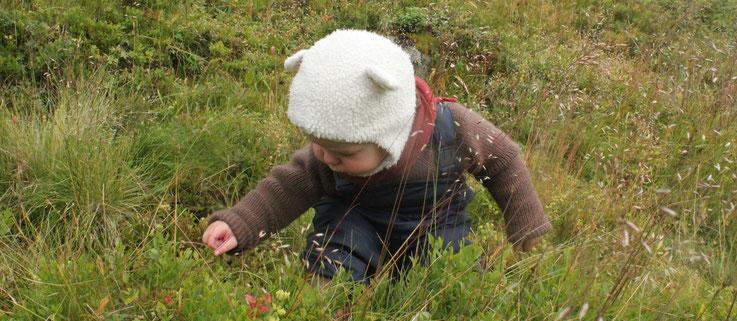 Wollpullover und Woll-Halstuch für Kleinkind, getragen in Norwegen
