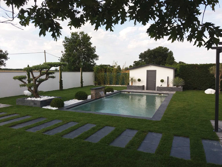 Piscine coque polyester avec jardin