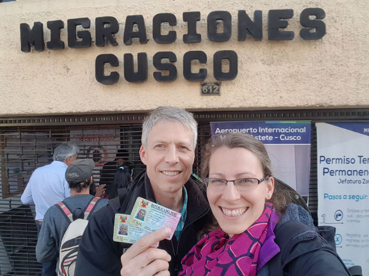 Sonja und Werner Keßler arbeiten bei Diospi Suyana in Curahuasi, Peru. Hier mit ihren peruanischen Ausweisen in Cusco vor Migraciones.
