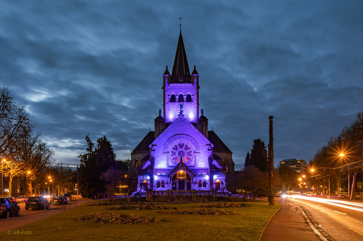 Pauluskirche in Basel mit Adventsbeleuchtung