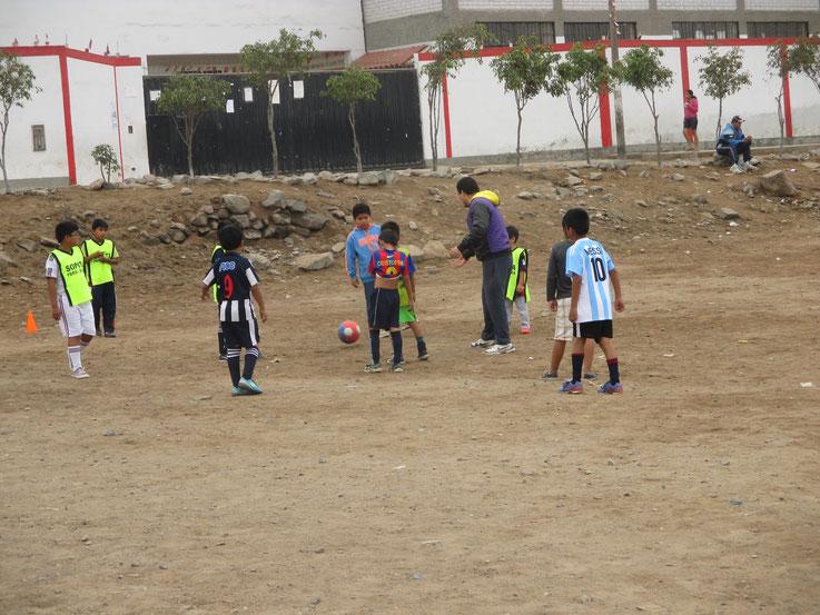 Überall auf der Welt begeistert der Fussball, so auch in Carabayllo (Lima).