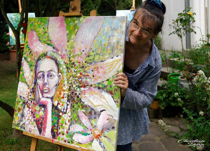 Porträt von Antje Püpke zum Tag der offenen Ateliers 2020 in ihrem Garten. Fotografiert von Christian Duxa