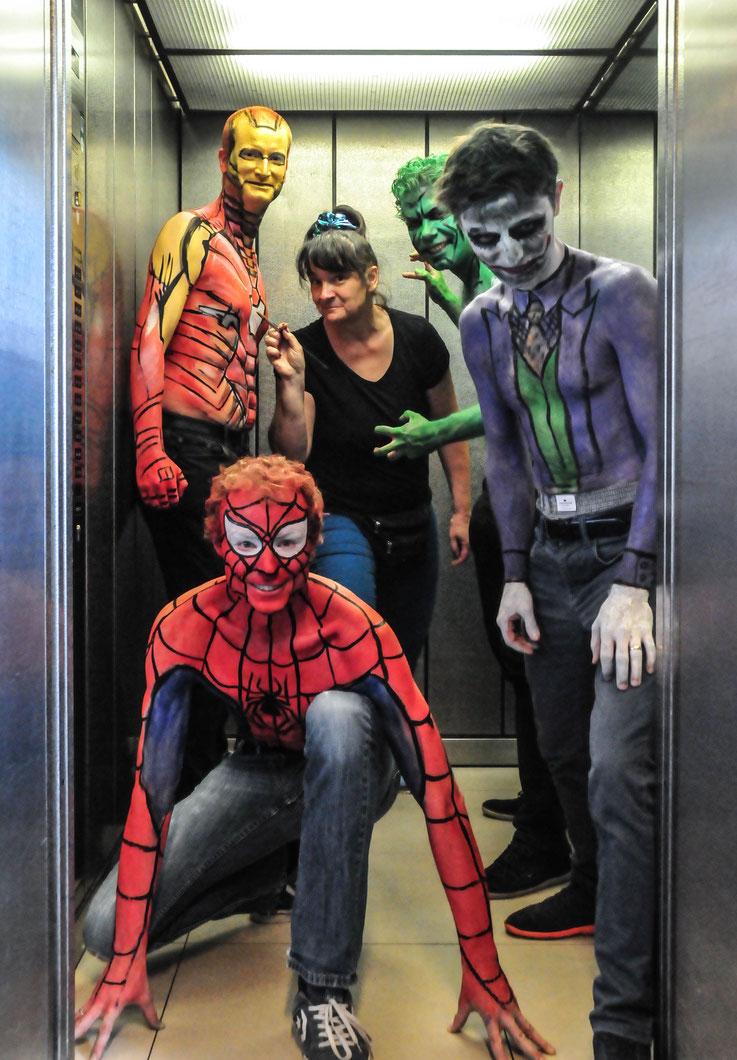 Body painting zum Junggesellenabschied. Von links nach rechts im Bild: Spiderman, Hulk, Joker und Ironman. Die Männer bemalten sich erst gegenseitig. Die Details arbeitete ich aus.
