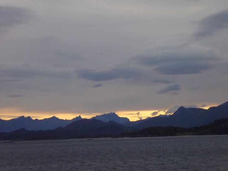 Foto der norwegischen Küste an einem herbstlichen Morgen