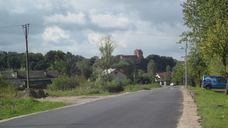 Ortseingang Vladimirovo/Tharau 2012. Im Hintergrund steht die Ännchen Kirche....