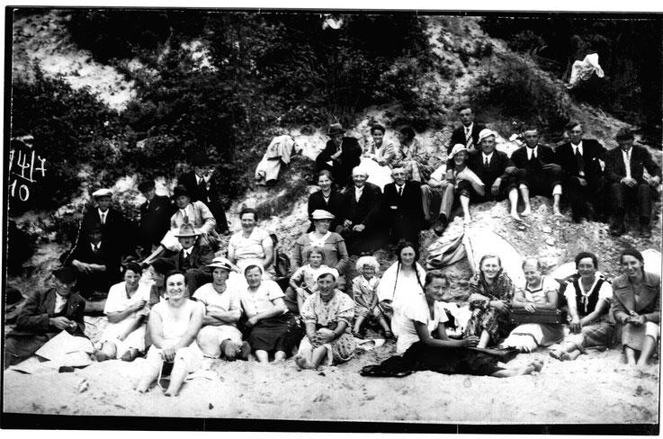 Betriebsausflug der Schnakeiner Dorfbewohner nach Kahlberg-Nehrung Ender der 1930er Jahre. Sehen Sie unten die Zurordnung der Personen.