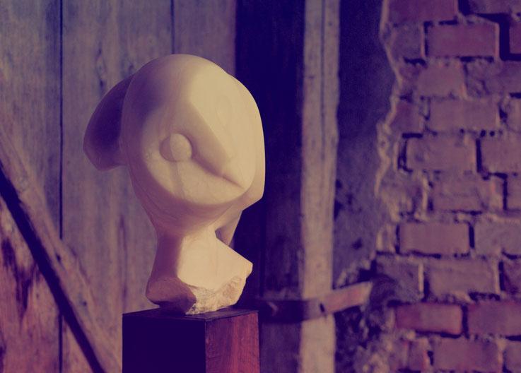 Alabaster / Künstlerinnen aus der Schweiz / Eule aus Stein / Mannenbach Bildhauer/ Kunst in Stein