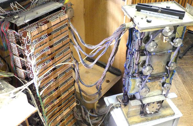 Générateur de tonalités électrostatiques Dereux avec 756 tonalités originales échantillonnées et stockées connectées au standard, qui est actionné par les arrêts.