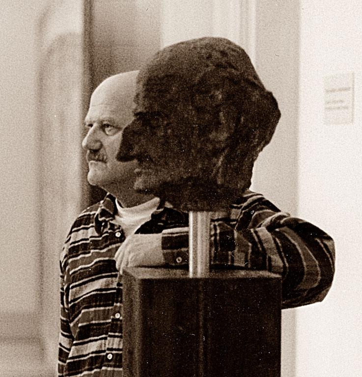 Pedro Meier mit Gerhard Meier Büste in Bronze von Schang Hutter – Kunstmuseum Solothurn 1995 – Ausstellung Gerhard Meier & Pedro Meier Dokumentation – schwarz-weiss Foto – Archiv Pedro Meier Multimedia Artist Niederbipp