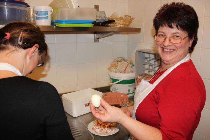Küchenchefin Andrea Wunder beim Ei-Test