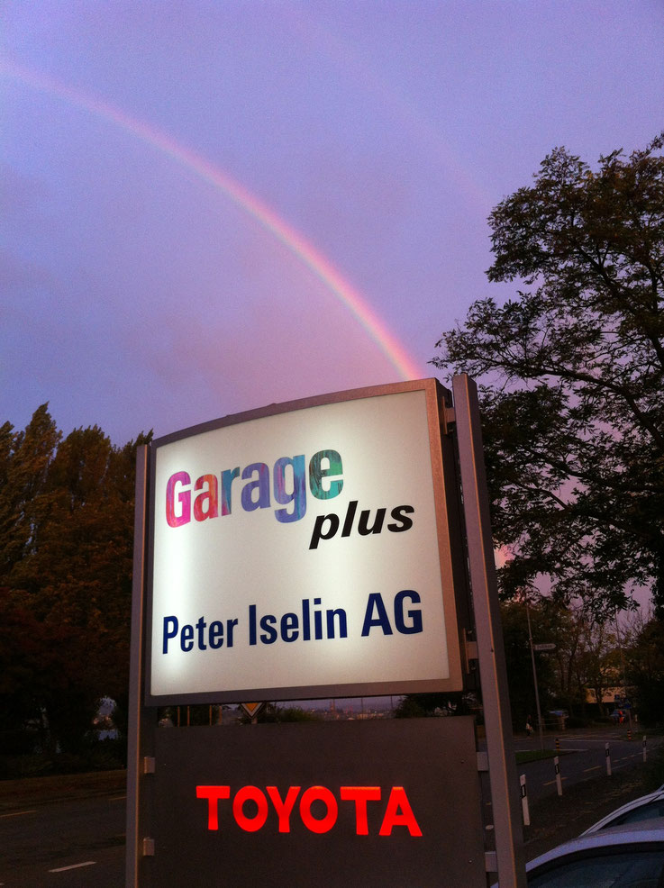 Doppleter Regenbogen über der Garage Plus Tafel
