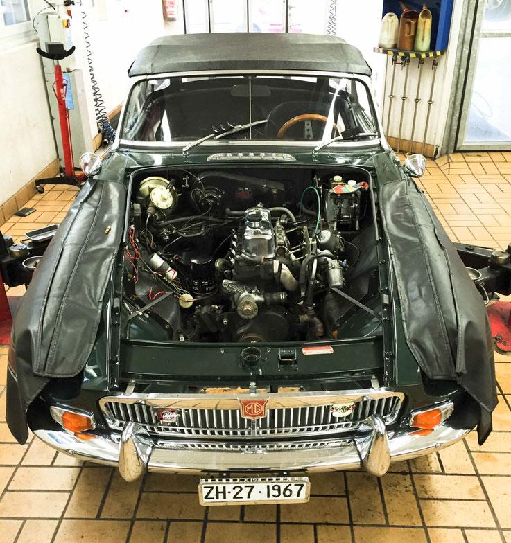 MG B ohne Motorhaube für den Ersatz der Kupplung