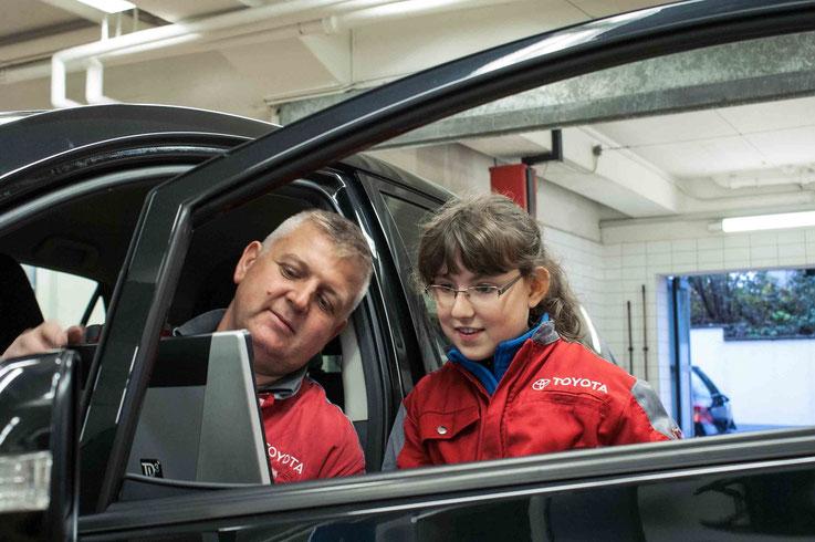 Drago Paunovic erklärt Angelina Iselin den Toyota Diagnose Tester