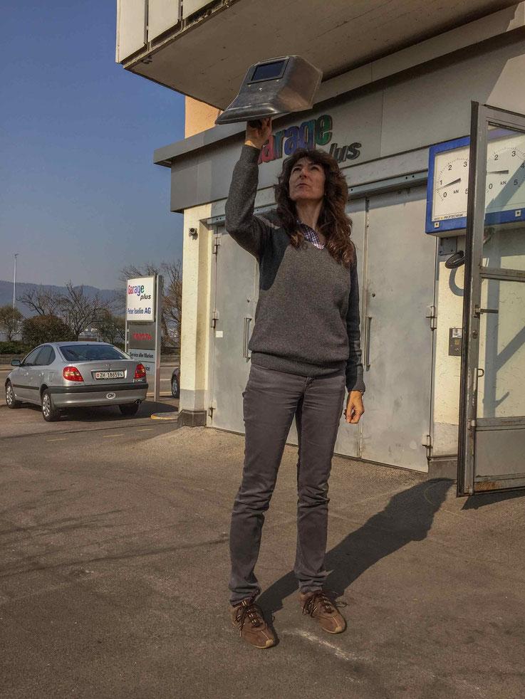 Claudia Iselin beobachtet mit dem Schweiss-Schild (wurde bei der Arbeit auch schon anders benannt) die Sonnenfinsternis.