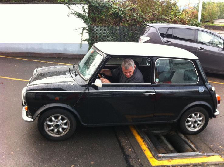 Peter Iselin mit Mini auf dem Bremsprüfstand