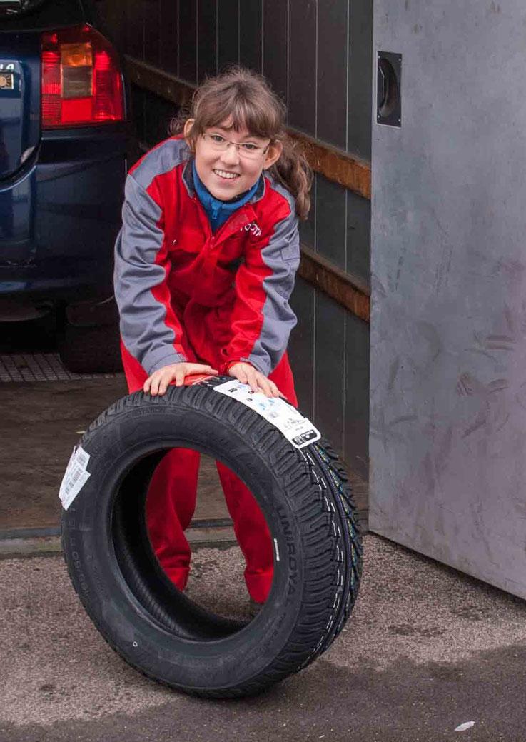 Angelina Iselin mit Reifen am Zukunftstag 2015