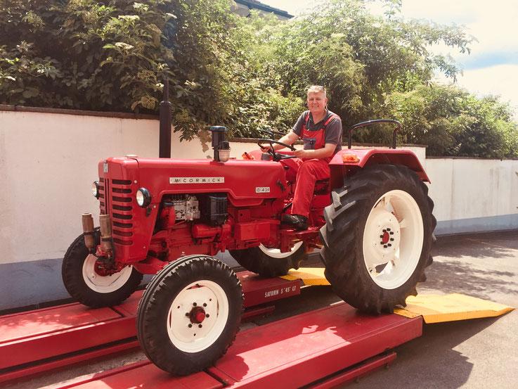 Drago Paunovic fährt mit dem Traktor vom Lift herunter