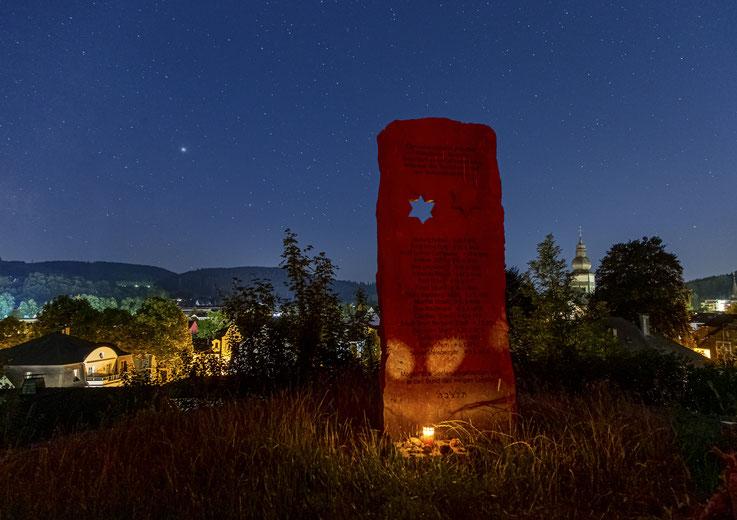 Nachtaufnahme der Gedenkstele auf dem Jüdischen Friedhof in Attendorn.
