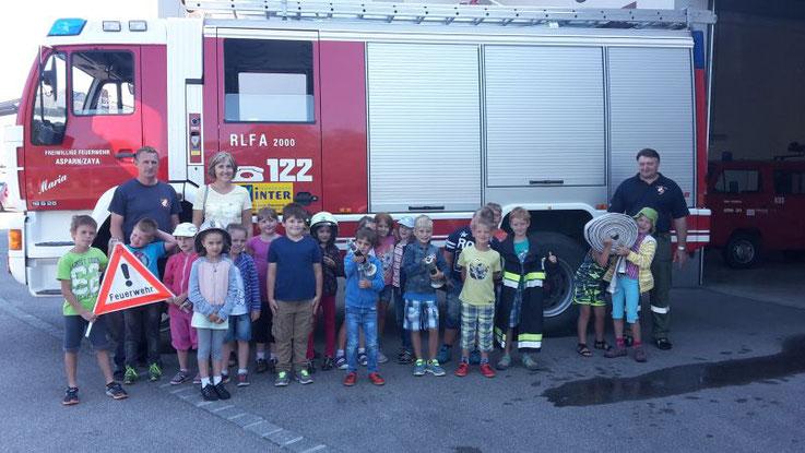 Die 1. Klasse der VS Asparn bei der Feuerwehr