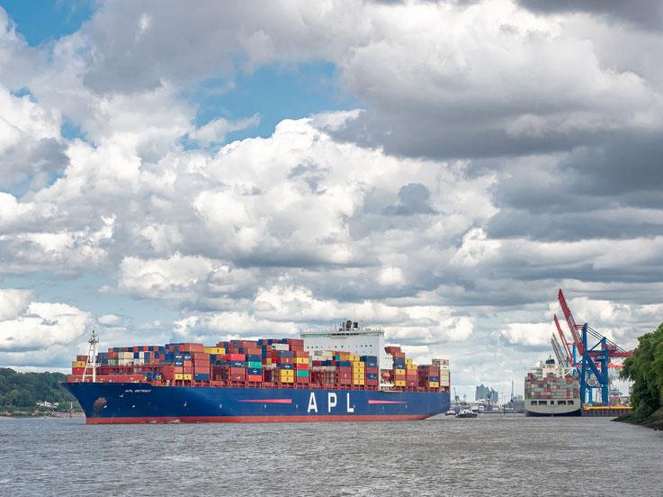 """Ein Bild mit richtig viel Hamburg : Die """"APL Detroit"""" läuft aus, de """"Cosco Indonesia am Athabaskakai, m Hintergrund die Elbphilharmonie."""