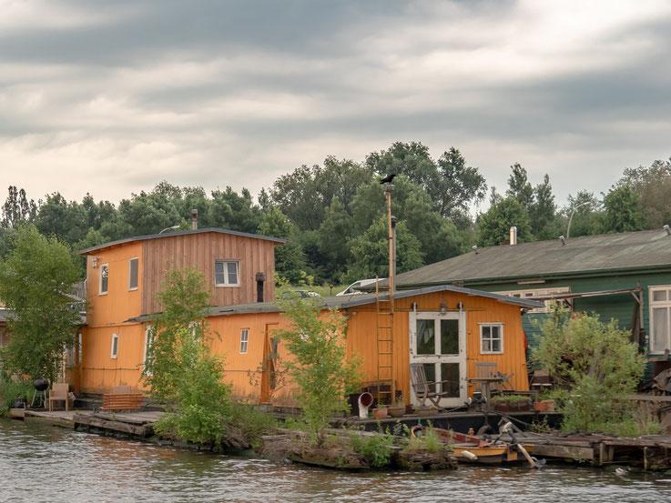 Eines der im Spreehafen liegenden Hausboote