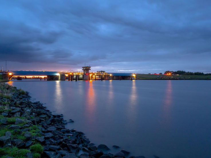 Morgens, Sonnenaufgang am Störsperrwerk. Bald soll die Peking hier hindurch auf die Elbe gelangen.