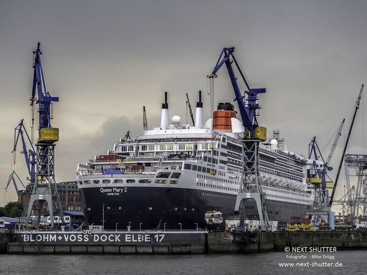 Zwei Tage vor dem Ausdocken : Die Queen erhält ihre Rettungs - und Tenderboote, nachdem diese gründlich gewartet wurden, wieder zurück.