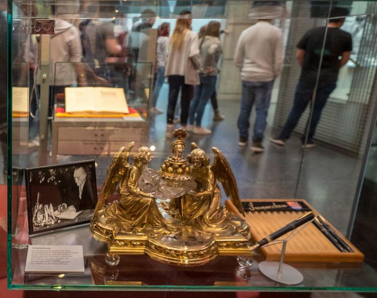 1949 wurde die Bundesrepublik Deutschland gegründet. Bei der Unterzeichnung des Grundgesetzes benutzte Konrad Adenauer dieses Tintenfass - obwohl er einen Füllfederhalter benutzte. Auch damals war Show wichtig.