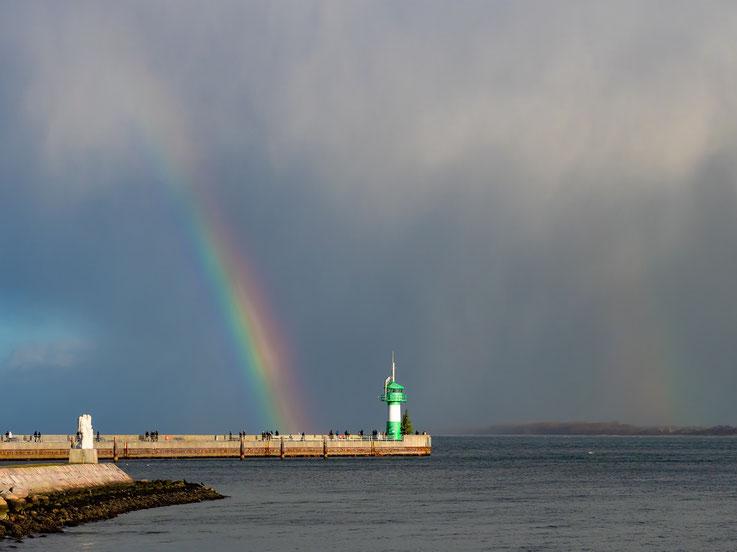 Ein Regenbogen an der Hafeneinfahrt von Travemünde
