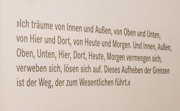 Der Weg zu den  Ausstellungsräumen wird von zahlreichen Zitaten und Werken des Künstlers Hans Arp gesäumt.