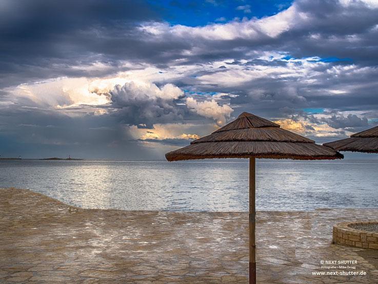 leerer Strand, Porec, Wolkenbildung über dem Meer