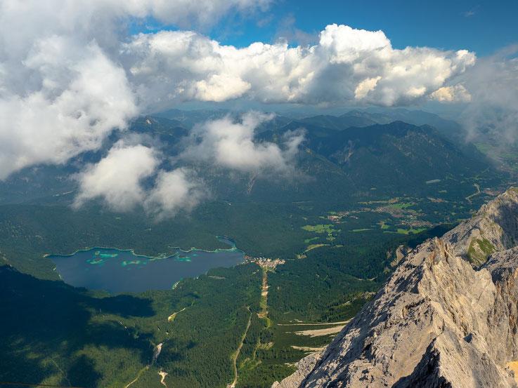 Blick von der Zugspitze auf den Eibsee.