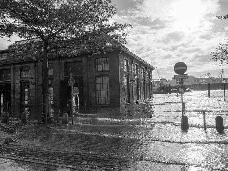 Hochwasser am Fischmarkt - etwas was einen Hamburger nur bedingt beeindruckt. Es passiert schließlich regaelmäßig, jeden Herbst und Winter.