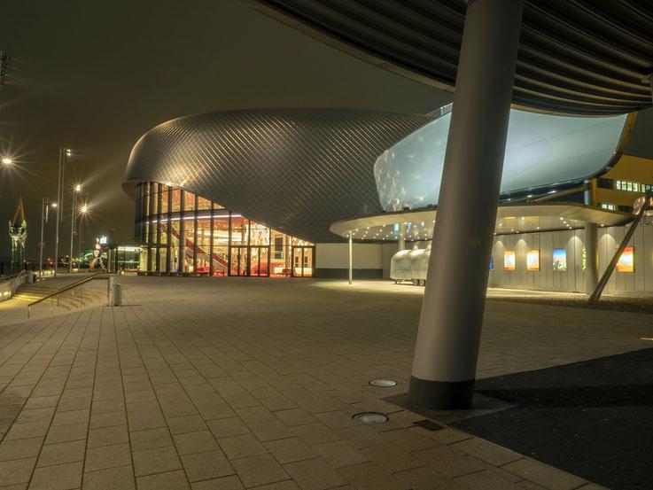 Eines der beiden Theater am Hafen. Von dort hat man einen tollen Blick auf die Stadtsilhouette Hamburgs