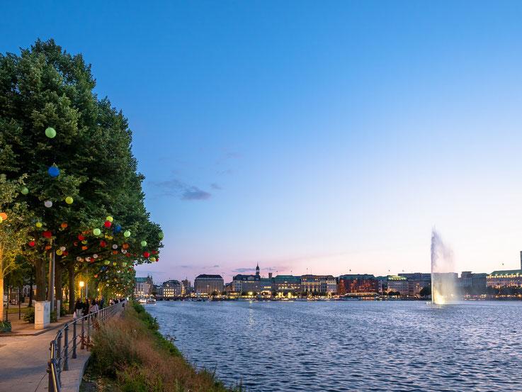 Einer der Sommergärten der Innenstadt : Der Ballindamm an der Binnenalster, beschmückt mit vielen, bunten Lampions