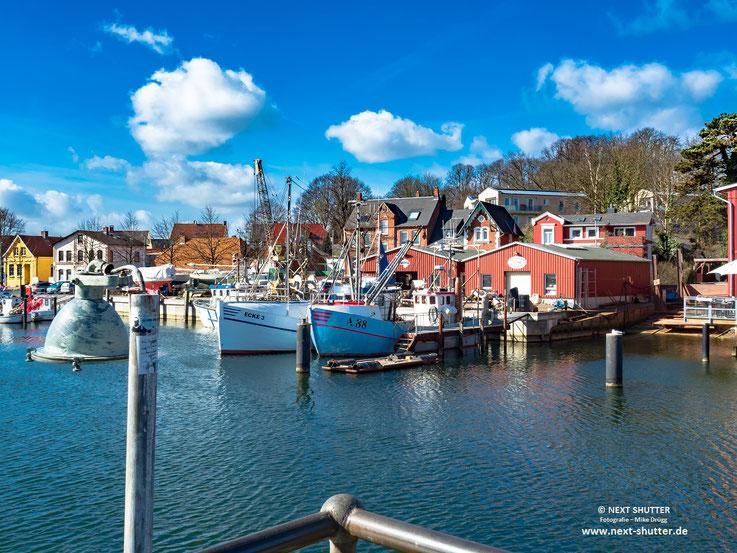 Bei Sonnenschein hat dieser kleine Hafen richtig Flair.