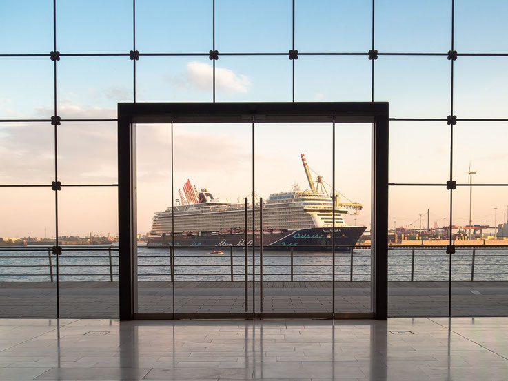 """Die neue """"Mein Schiff 1"""" wird vom Cruise Center Steinwerder zum Cruise Center Altona verholt. Am nächsten Tag soll sie am Burchardkai mit großem Feuerwerk getauft werden."""