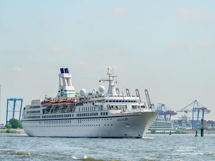 """Die 1987 gebaute """" Astor"""" von Hamburg seewärts gehend."""