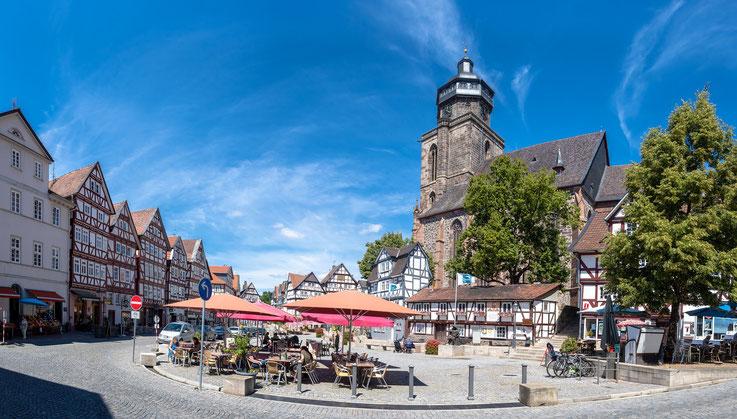 Der Kirchplatz mit der, das Stadtbild beherrschenden, Marienkirche.