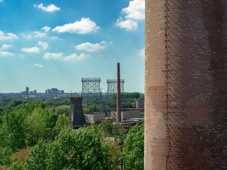 Blick auf die Gerüste der ehemaligen Kühltürme der Kokerei, hier wurde der heiße Koks abgekühlt. Hier sieht man auch sehr gut : Das Ruhrgebiet ist eine grüne Landschaft, keine Industriewüste.