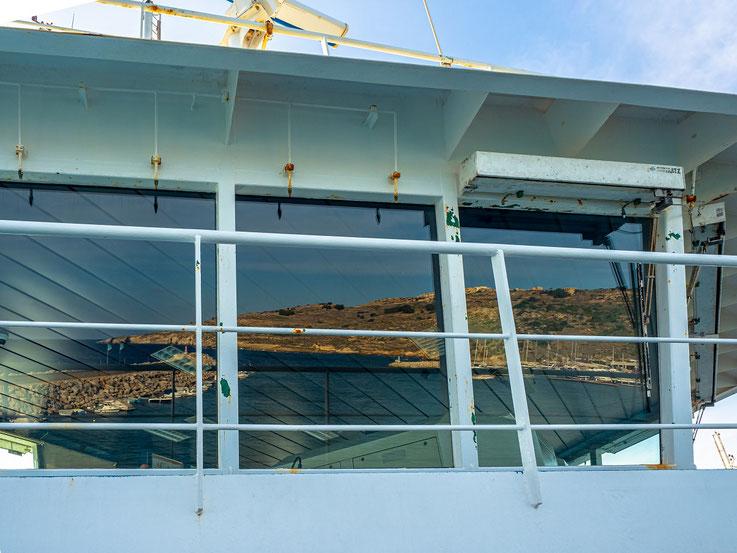 ...spiegelte sich die Insel in den Brückenfenstern der Fähre.