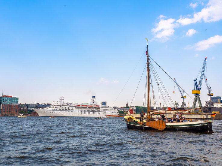 """Die 1987 in Dienst gestellte """"Astor"""" verlässt kurz vor der Auslaufparade den Hafen"""