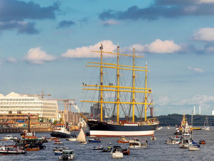 Um das Schiff an die Pier zu bringen wurde sie vor dem Hansahafen gedreht und rückwärts an ihren Liegeplatz geschleppt.