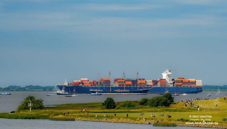 Zum Vergleich : ein seinerzeit riesiges Segelschiff mit einem heutzutage nicht besonders großen Containerschiff.  Alle vorbei fahrenden Schiffe grüßten die Peking mit ihrem Thyphoonen - so etwas sehen selbst gestandene Seeleute sehr selten.