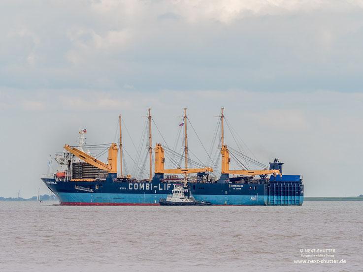 """In der Saling der """"Peking"""" die Flagge der Stifung """"Hamburg Maritim"""", auf dem Vorschiff die Hamburger Flagge. Eine alte Hamburgerin kehrt heim. Aber nicht ohne sich vorher noch aufhübschen zu lassen"""